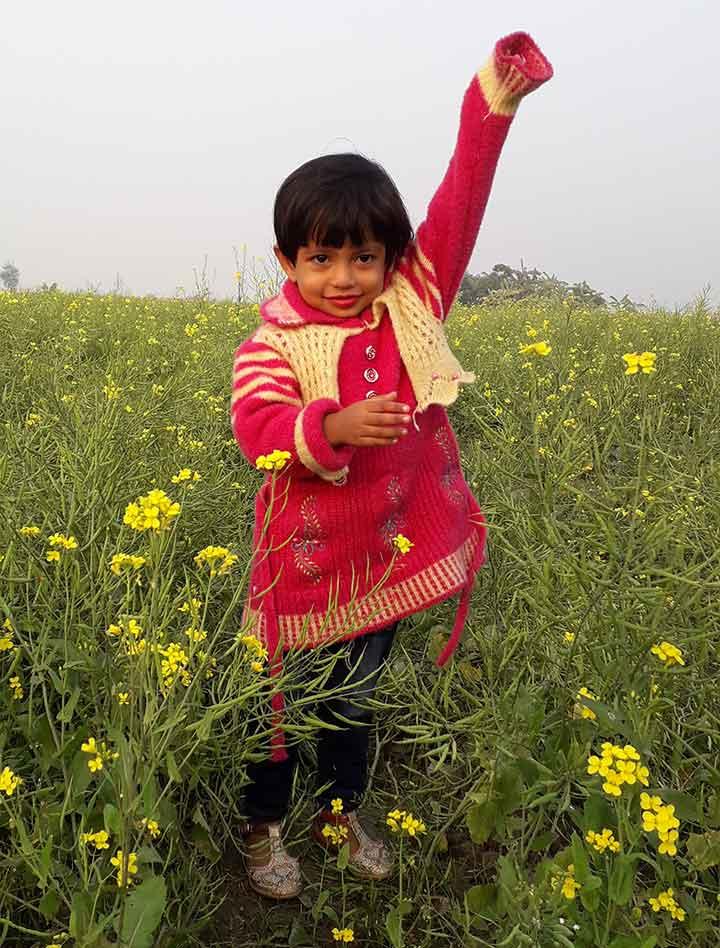 হলুদ সরিষা ফুলের সাথে প্রকৃতি কন্যা উসওয়াতুন হাসানা